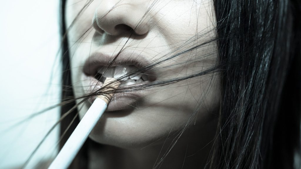 How tobacco use affect oral health-min